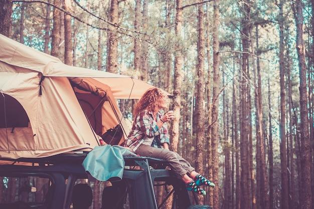 幸せな無料代替休暇旅行者の人々
