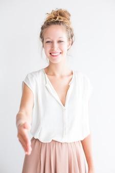 Счастливая дружная девушка, протягивающая руку для рукопожатия