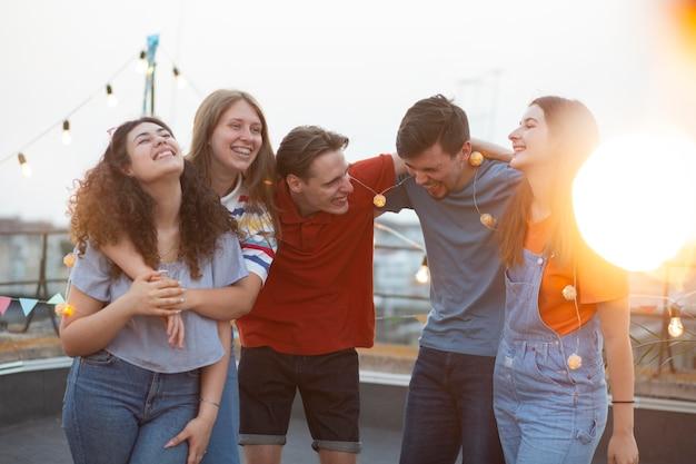 Счастливые друзья на вечеринке средний план