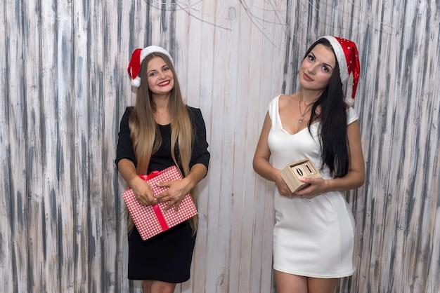 선물 상자와 함께 새 해를 축 하하는 행복 한 친구