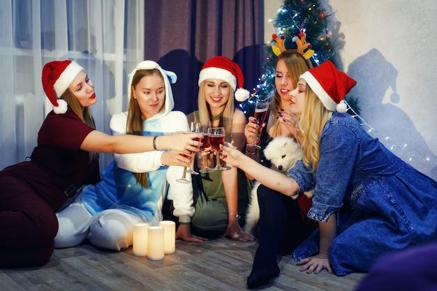 シャンパングラスで新年を祝い、家で乾杯する幸せな友達