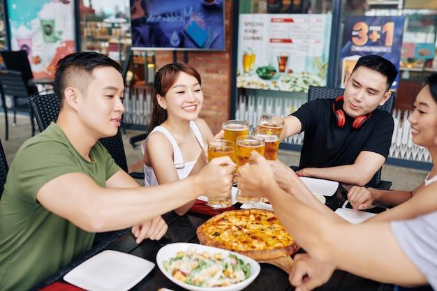 ビールを飲みながら幸せな友達