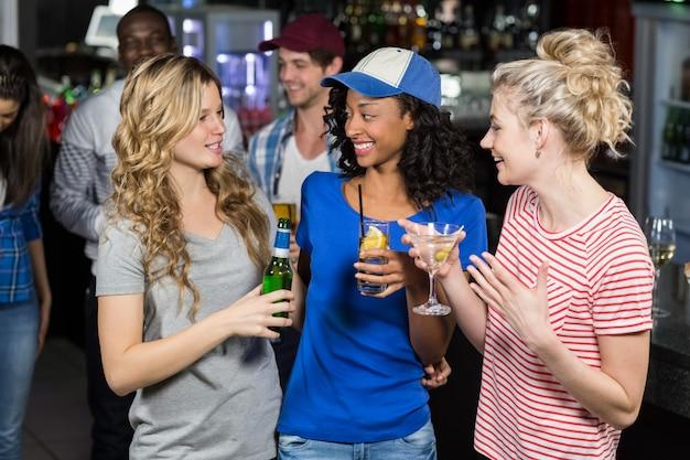 Счастливые друзья пьют коктейли