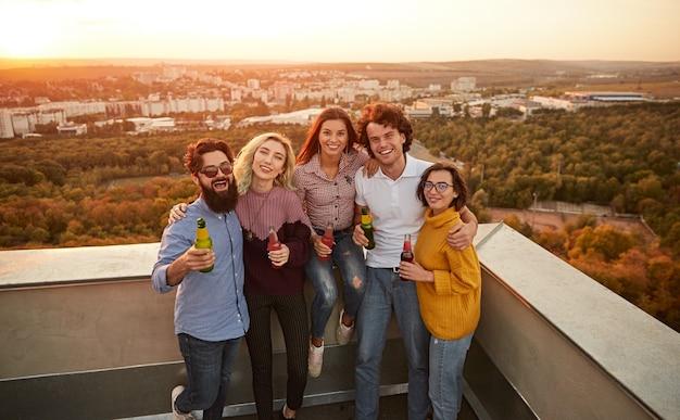 Счастливые друзья во время вечеринки на крыше