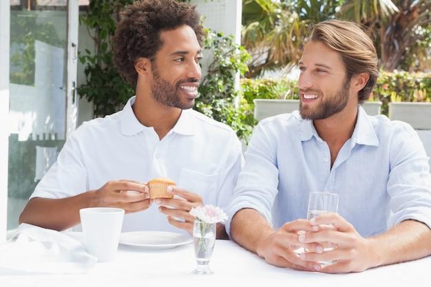 一緒にコーヒーを楽しむ幸せな友達