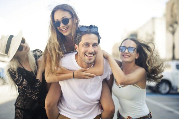 Amici felici che godono insieme della loro vacanza in una città