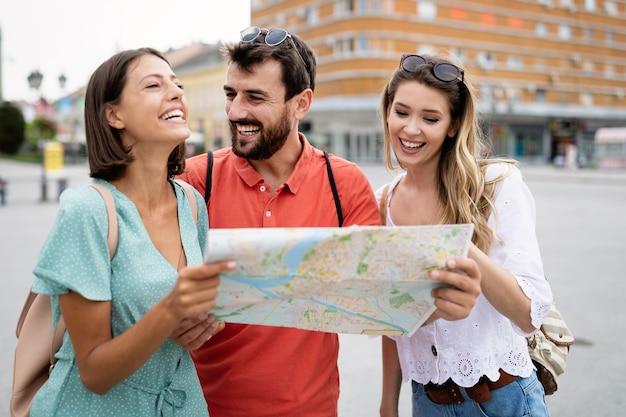 도시에서 여행과 휴가를 즐기는 행복한 친구들.