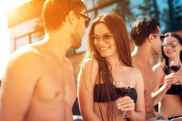 Happy friends enoying pool party. концепция летних каникул