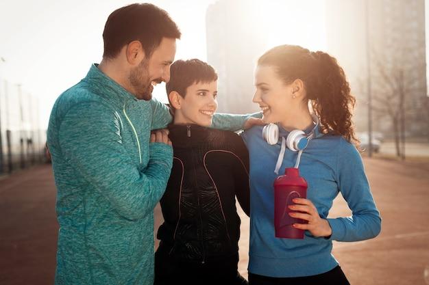 활동적인 건강한 라이프 스타일을 야외에서 함께 행복한 친구 피트니스 훈련