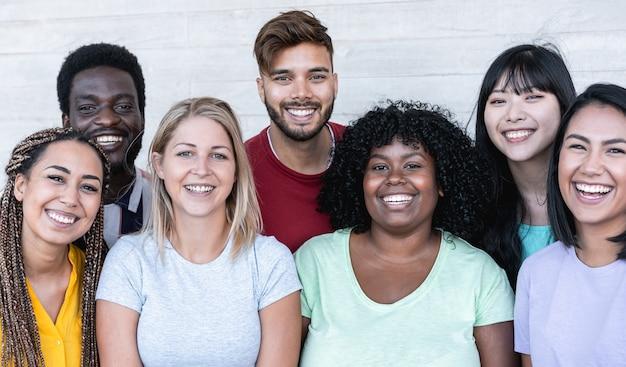 Счастливые друзья из разных рас и культур смеются