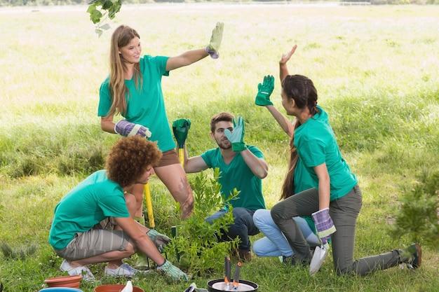 コミュニティのために園芸する幸せな友達