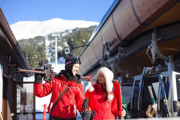 冬休みにスキーに行く幸せな友達-エクストリームスポーツを楽しんでいる若いcoulpe-友情と休日の概念