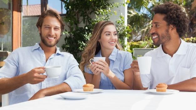 一緒にコーヒーを持っている幸せな友達