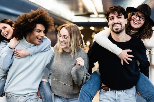 지하철 지하철 역에서 재미 행복 친구-중심 여자 얼굴에 주요 초점