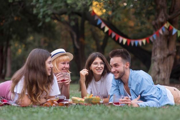 ピクニックをしている幸せな友達