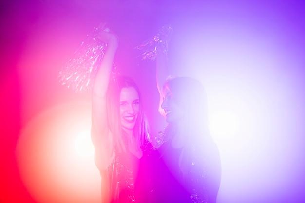 Счастливые друзья в ночном клубе