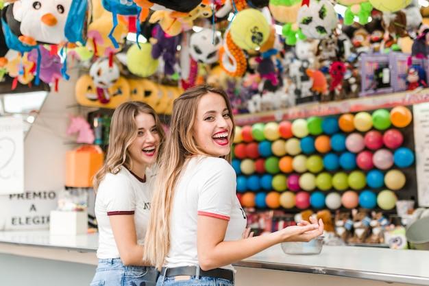 Счастливые друзья в весе развлечений