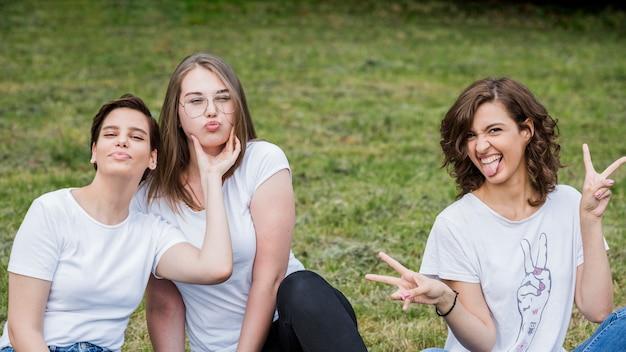Счастливые друзья, делая лица на камеру Бесплатные Фотографии