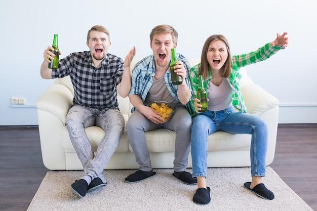 テレビでサッカーを見て勝利を祝う幸せな友達やサッカーファン。