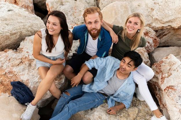 岩の上でポーズ幸せな友達
