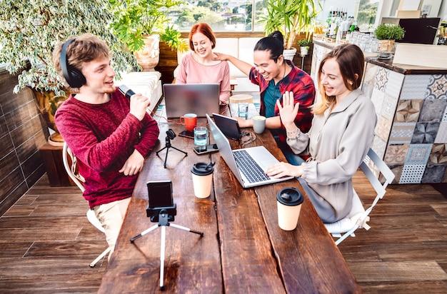 스마트 폰 캠으로 스트리밍 네트워크에서 콘텐츠를 공유하는 행복한 친구들