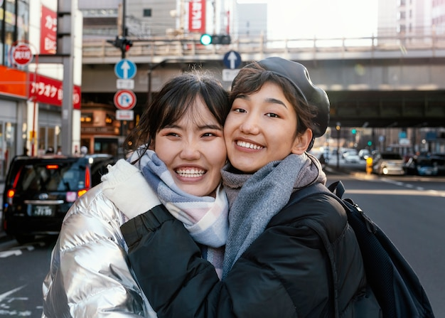 Счастливые друзья проводят время вместе на улице