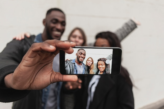 Selfieを取って幸せな友達