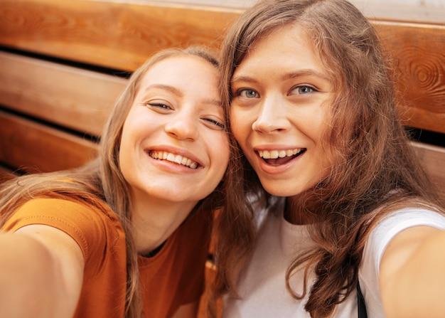 Счастливые друзья, делающие селфи
