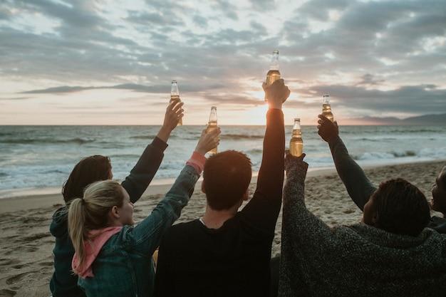 Счастливые друзья тосты на пляже