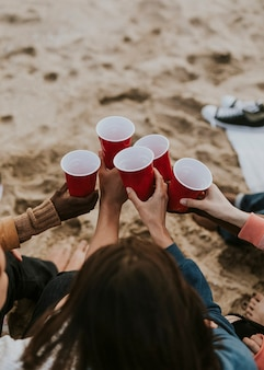 ビーチで乾杯幸せな友達