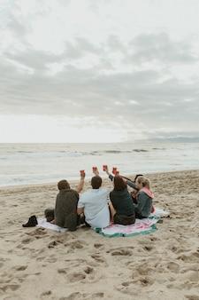 해변에서 건배하는 행복한 친구들