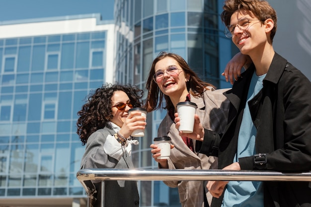コーヒーカップと幸せな友達