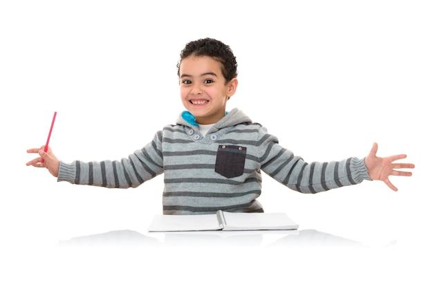 Счастливый смешной молодой школьник изучения изолированные
