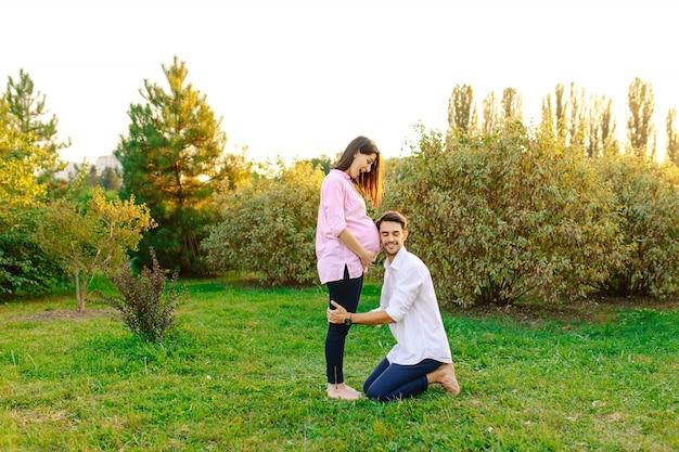 幸せな将来の父は彼の赤ちゃんの笑顔を聞く
