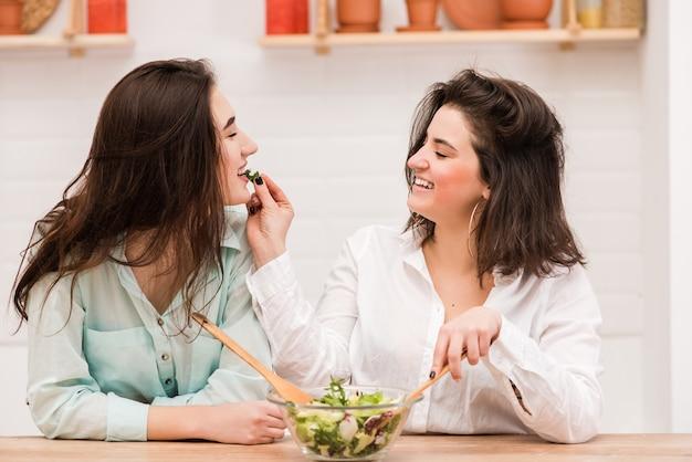 キッチンでお互いに給餌幸せなゲイのカップル