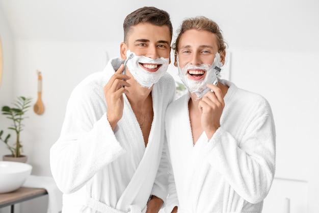 Счастливая гей-пара бреется в ванной