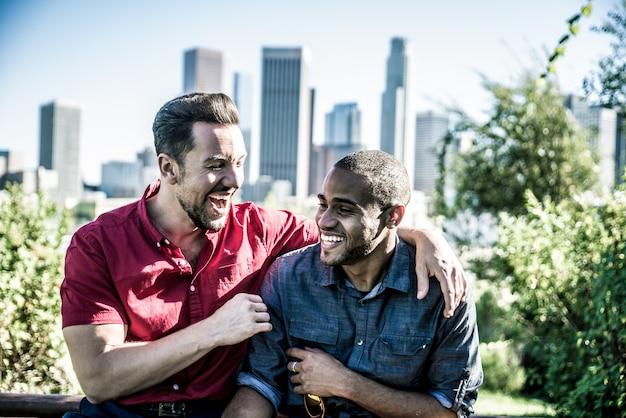 一緒に時間を過ごす幸せなゲイのカップル
