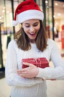 Счастливая девушка после рождественских покупок в магазине
