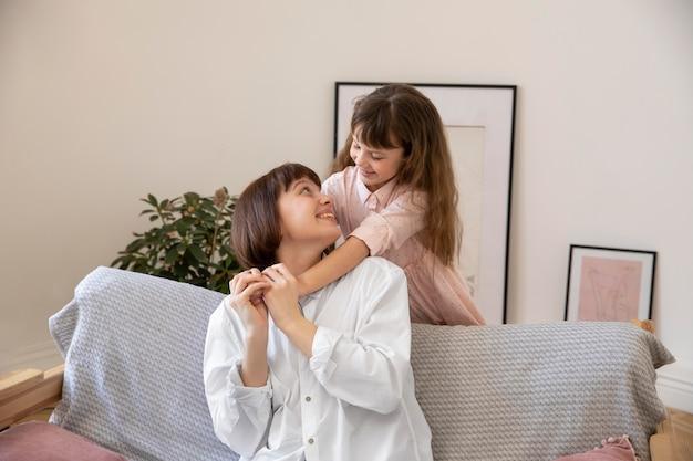 Счастливая девушка и мать средний план