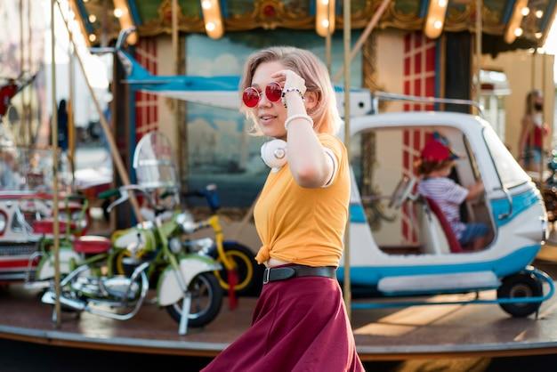 Счастливая девушка в парке развлечений