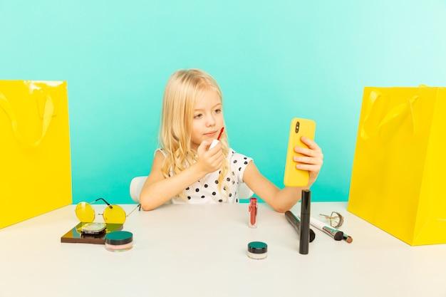 집에서 행복 한 소녀 vlog에 대 한 카메라 앞에서 말하기. 블로거로 일하는 아이, 인터넷 용 비디오 튜토리얼 녹화.
