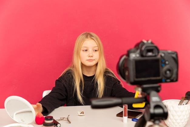 집에서 행복 한 여자 vlog에 대 한 카메라 앞에서 말하기