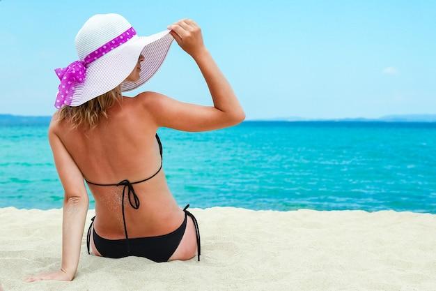 Счастливая девушка в море в греции на песке природы