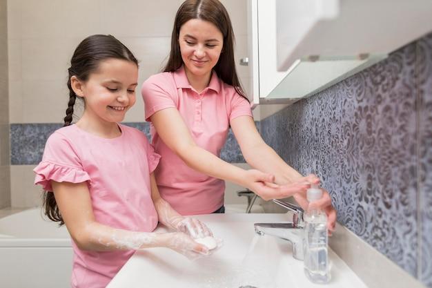 Счастливая девушка моет руки