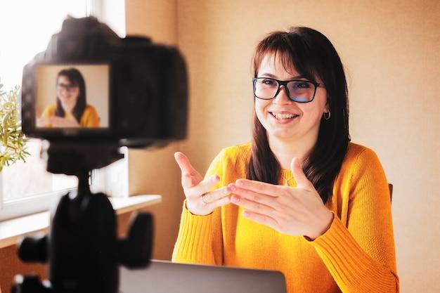 Счастливая девушка-тренер создает контент для своих подписчиков в социальных сетях