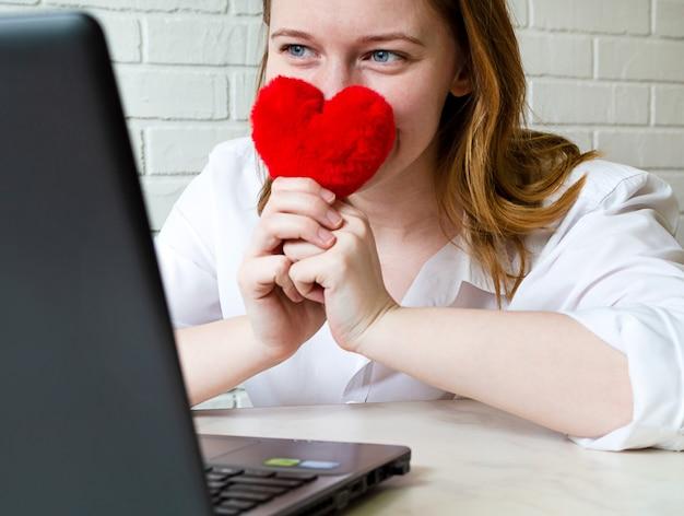 幸せな女の子は、出会い系サイト、ライフスタイルで通信します。オンライン、リモートコミュニケーションの愛と関係の概念