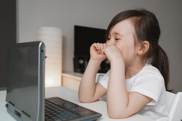 幸せな女の子は友達とオンラインで通信します