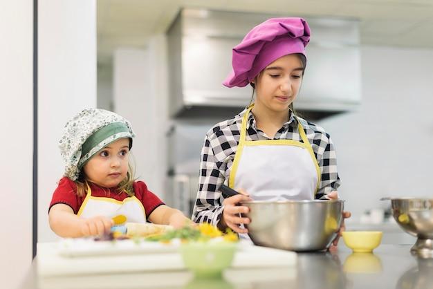 キッチンで料理をする幸せな女の子。料理のコンセプト。