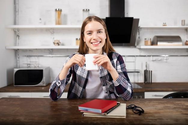 행복 한 소녀는 커피를 마시고 아침에 책을 읽고