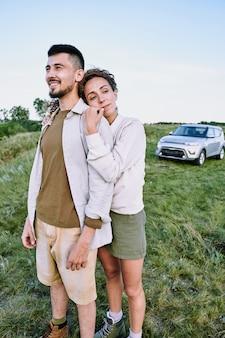 Счастливая девушка обнимает парня из страны